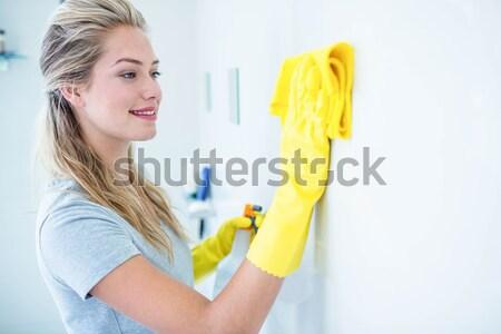 улыбающаяся женщина очистки ванную губки дома интерьер Сток-фото © wavebreak_media