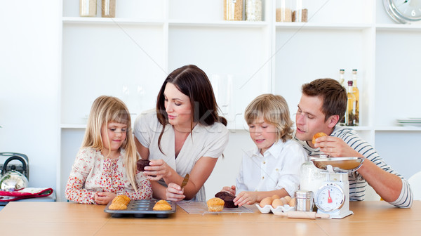 Alegre família alimentação cozinha casa Foto stock © wavebreak_media
