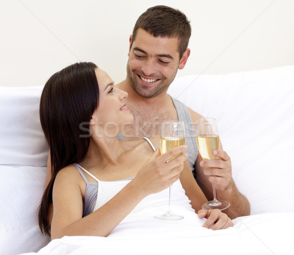 Couple potable champagne lit heureux Photo stock © wavebreak_media