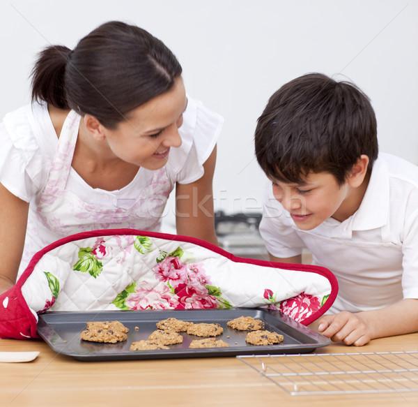 Anne oğul bakıyor ev yapımı bisküvi mutfak Stok fotoğraf © wavebreak_media
