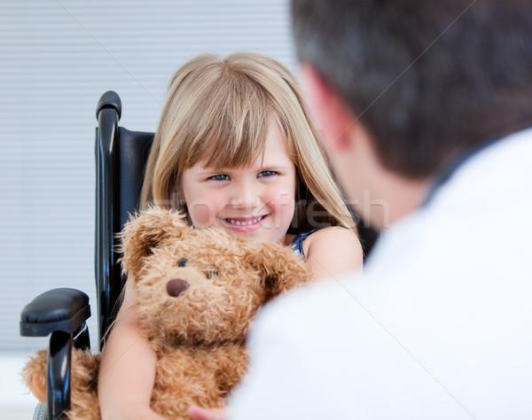 Glimlachend meisje vergadering rolstoel teddybeer ziekenhuis Stockfoto © wavebreak_media
