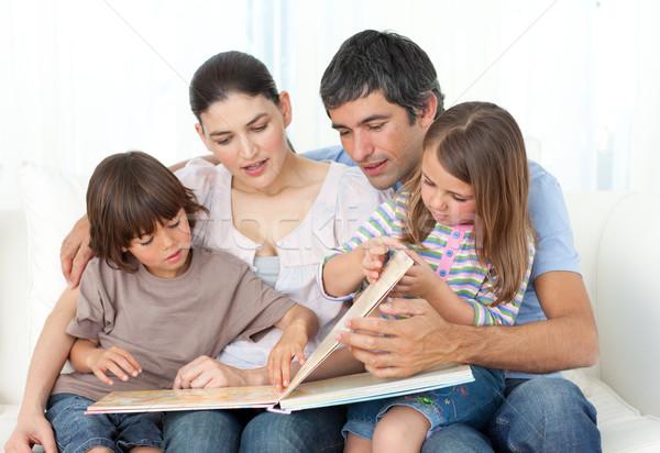 внимательный родителей чтение детей диван женщину Сток-фото © wavebreak_media