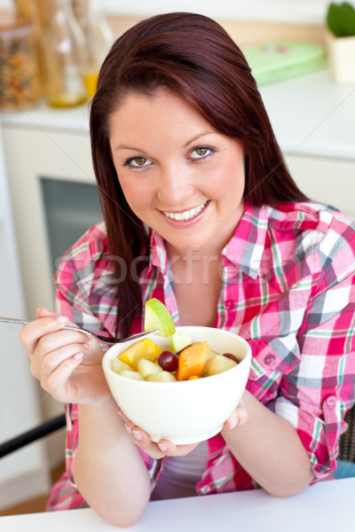 Femme manger salade de fruits déjeuner cuisine Photo stock © wavebreak_media