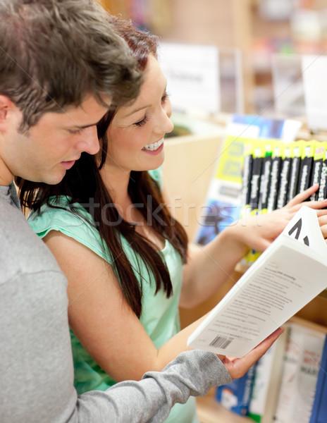 Hermosa Pareja estudiantes lectura libro librería Foto stock © wavebreak_media