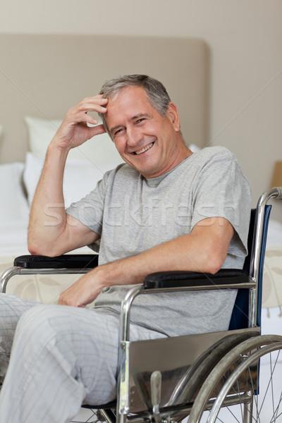Foto stock: Sorridente · senior · homem · cadeira · de · rodas · casa · médico