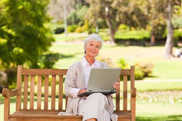 Jubilado mujer de trabajo portátil verano parque Foto stock © wavebreak_media
