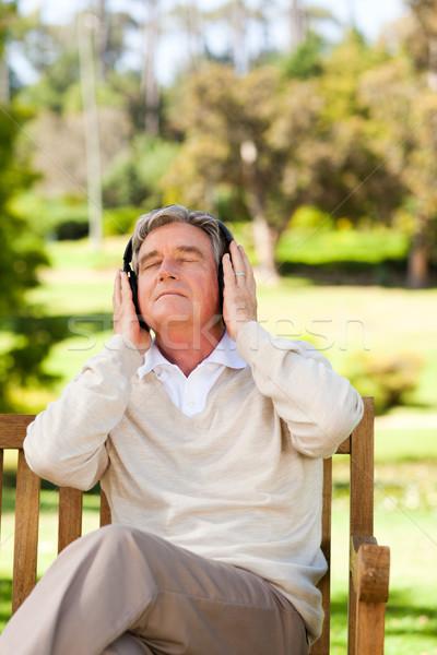 Emeryturę człowiek słuchania muzyki wiosną włosy Zdjęcia stock © wavebreak_media