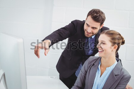 бизнесмен указывая что-то экране коллега белый Сток-фото © wavebreak_media