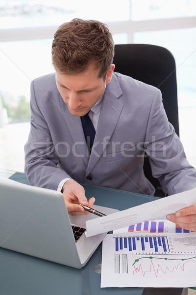 üzletember néz laptop dolgozik statisztika üzlet Stock fotó © wavebreak_media