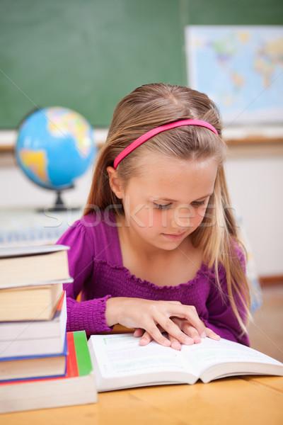 Portré iskolás lány olvas könyv osztályterem iskola Stock fotó © wavebreak_media
