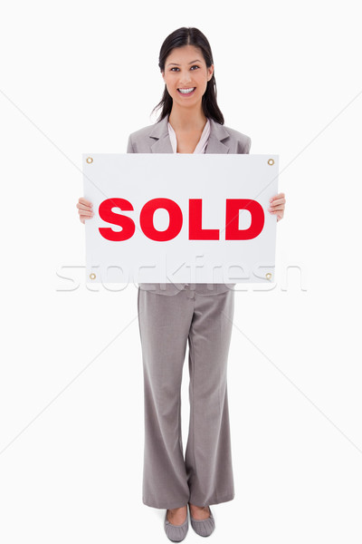 Glimlachend makelaar uitverkocht teken witte huis Stockfoto © wavebreak_media
