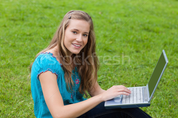 Fiatal nő laptopot használ vidék néz egyenes kamera Stock fotó © wavebreak_media