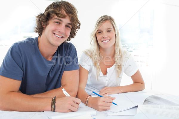 Lächelnd Gruppe Menschen sitzen zusammen beide aussehen Stock foto © wavebreak_media