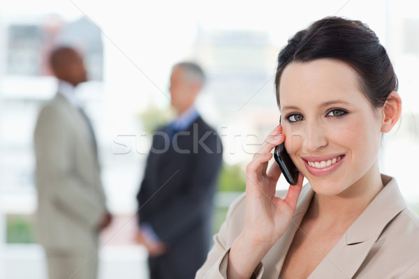 Jonge glimlachend secretaris praten telefoon naar Stockfoto © wavebreak_media