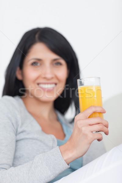 Vrouw glimlachen glas sinaasappelsap woonkamer koffie Stockfoto © wavebreak_media