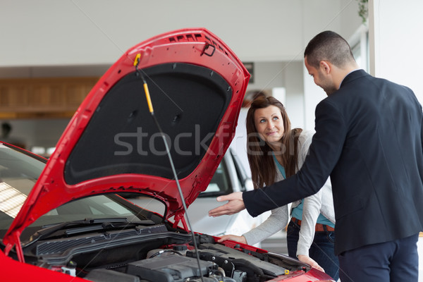 Man tonen auto motor garage vrouw Stockfoto © wavebreak_media