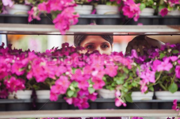 женщину цветок Полки цветы улыбка Сток-фото © wavebreak_media