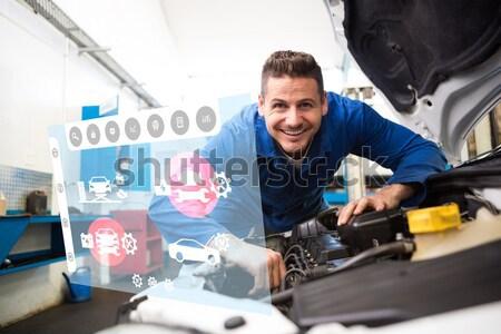 Mécanicien numérique comprimé garage jeunes Homme Photo stock © wavebreak_media