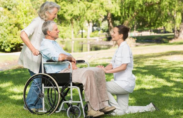 Vrouwen volwassen man vergadering wiel stoel park Stockfoto © wavebreak_media