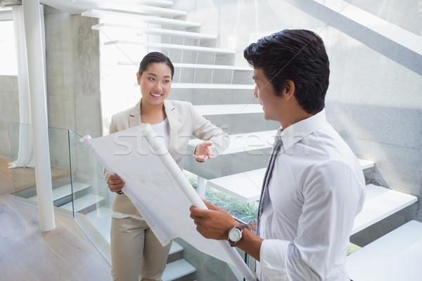 Ingatlanügynök néz terv potenciál vevő folyosó Stock fotó © wavebreak_media
