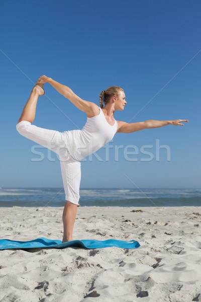 Mulher loira em pé guerreiro pose praia Foto stock © wavebreak_media