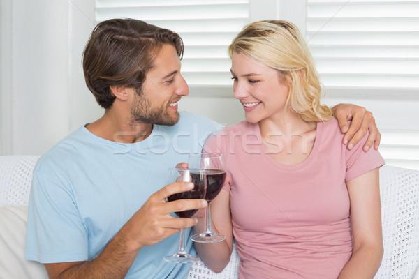 Feliz Pareja potable vino tinto junto sofá Foto stock © wavebreak_media