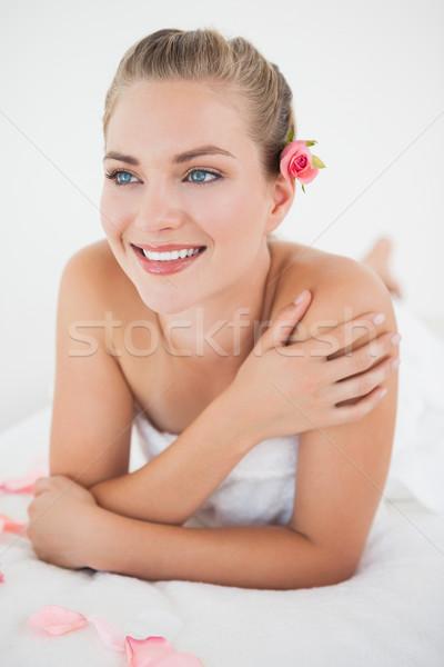Mooie blond massage tabel bloemblaadjes spa Stockfoto © wavebreak_media