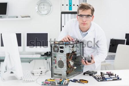 Jeunes technicien travail brisé ordinateur bureau Photo stock © wavebreak_media
