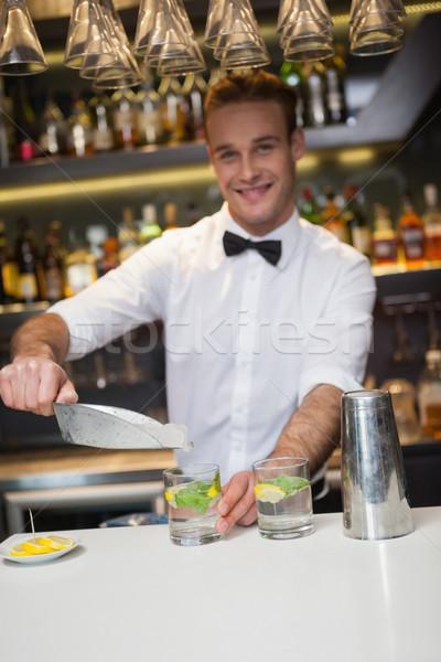 Stockfoto: Gelukkig · barman · cocktail · bar · glas
