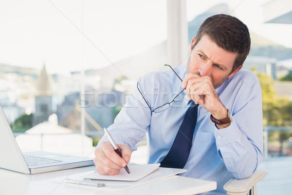 Preocupado empresario escrito bloc de notas oficina ordenador Foto stock © wavebreak_media
