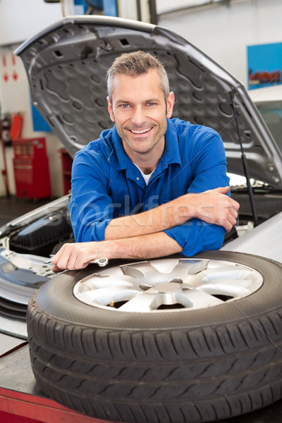 Mécanicien souriant caméra pneu réparation garage Photo stock © wavebreak_media