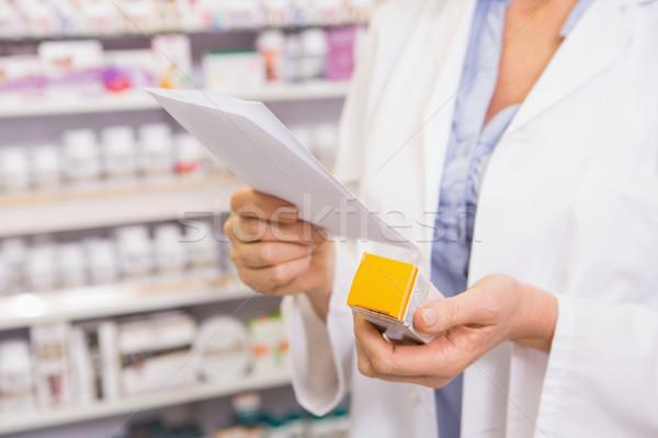Gyógyszerész néz vényköteles gyógyszer gyógyszertár nő orvosi Stock fotó © wavebreak_media