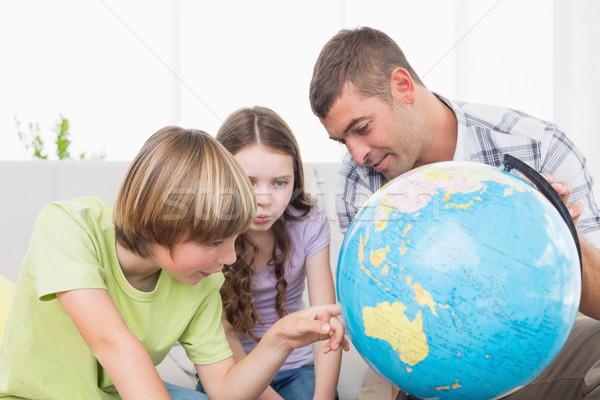 çocuklar keşfetmek dünya oturma baba oturma odası Stok fotoğraf © wavebreak_media