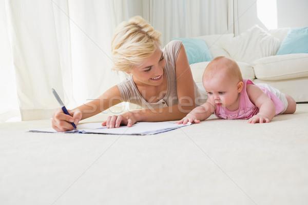 Lächelnd Mutter Schönschreibheft home Wohnzimmer Stock foto © wavebreak_media