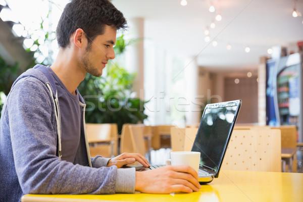 Zdjęcia stock: Młodych · student · za · pomocą · laptopa · Kafejka · uczelni · komputera