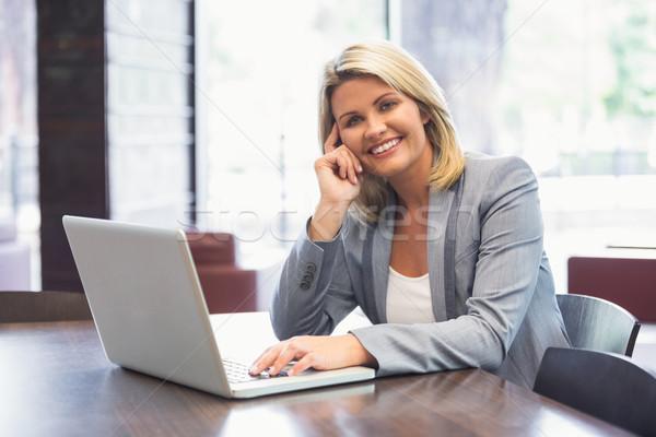 Blond zakenvrouw glimlachend met behulp van laptop kantoorgebouw computer Stockfoto © wavebreak_media