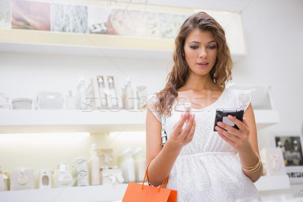 женщину глядя зеркало салон красоты торговых женщины Сток-фото © wavebreak_media