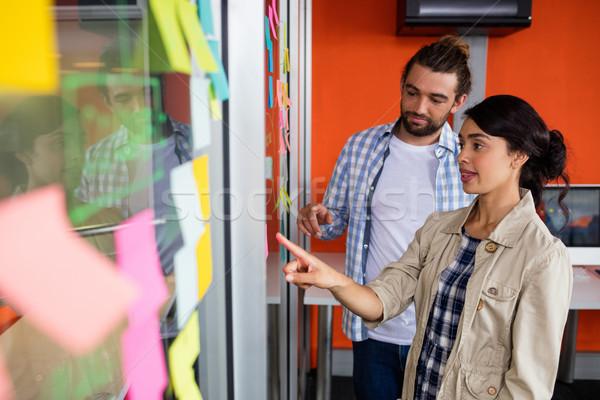 Mannelijke vrouwelijke bespreken sticky notes kantoor Stockfoto © wavebreak_media