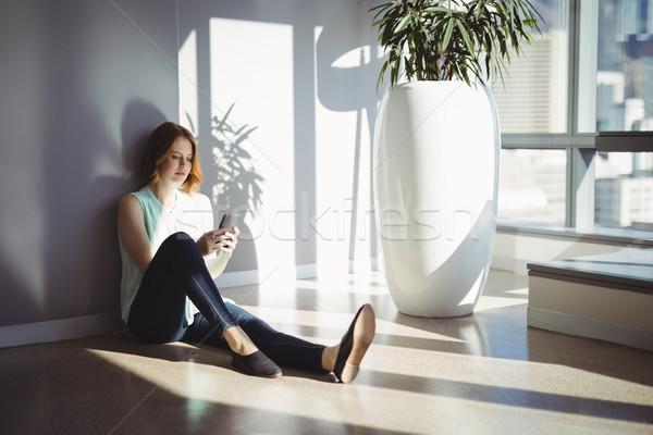 Frumos executiv şedinţei podea telefon mobil birou Imagine de stoc © wavebreak_media