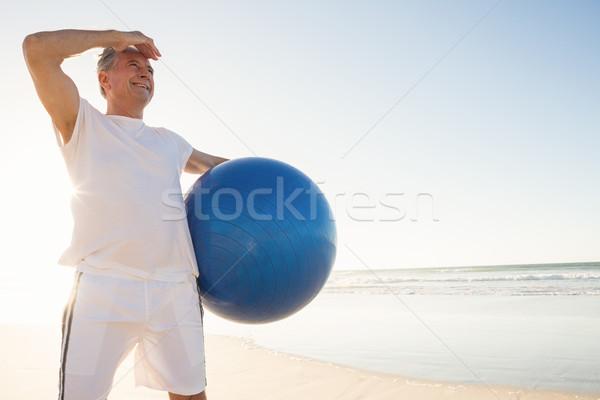 Idős férfi másfelé néz tart testmozgás labda Stock fotó © wavebreak_media