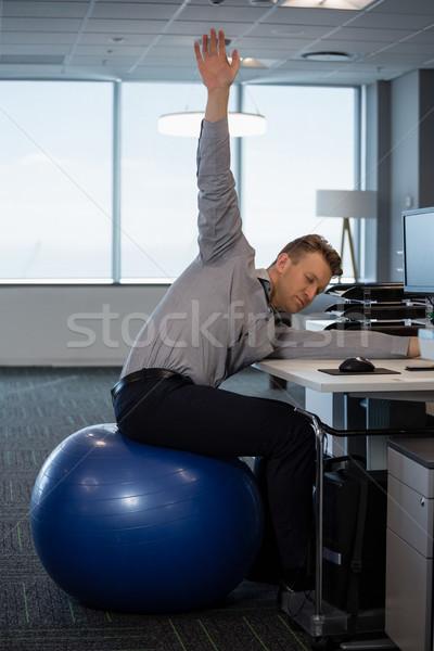 Igazgató előad nyújtás testmozgás fitnessz labda Stock fotó © wavebreak_media