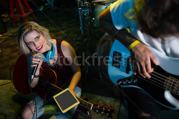 Kadın şarkıcı şarkı söyleme bağbozumu mikrofon gece kulübü Stok fotoğraf © wavebreak_media