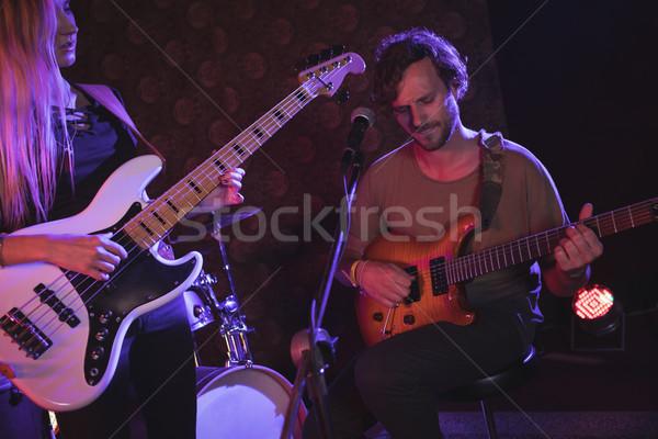Muzyk gry gitara nightclub kobieta muzyki Zdjęcia stock © wavebreak_media