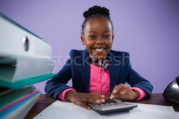 Portret uśmiechnięty kobieta interesu Kalkulator biurko posiedzenia Zdjęcia stock © wavebreak_media