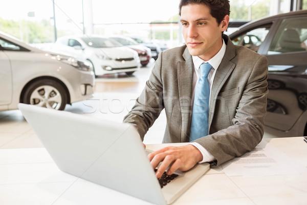 улыбаясь продавцом Дать ноутбука Новый автомобиль выставочный зал Сток-фото © wavebreak_media