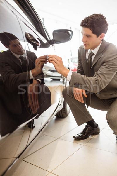Fókuszált üzletember néz autó test új autó Stock fotó © wavebreak_media