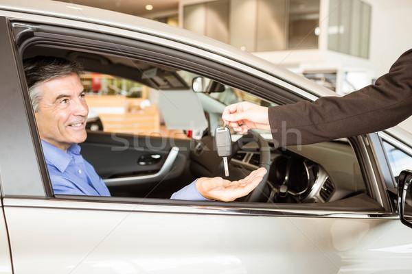 продавцом ключами улыбаясь бизнесмен автомобилей выставочный зал Сток-фото © wavebreak_media