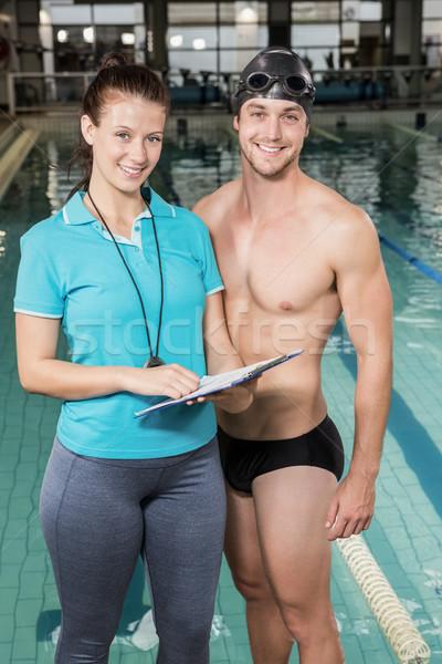 Zwemmer glimlachend camera coach zwembad recreatie Stockfoto © wavebreak_media