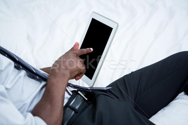Homem digital comprimido cama quarto internet Foto stock © wavebreak_media