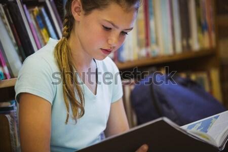 Cute pequeño colegiala mirando escuela Foto stock © wavebreak_media